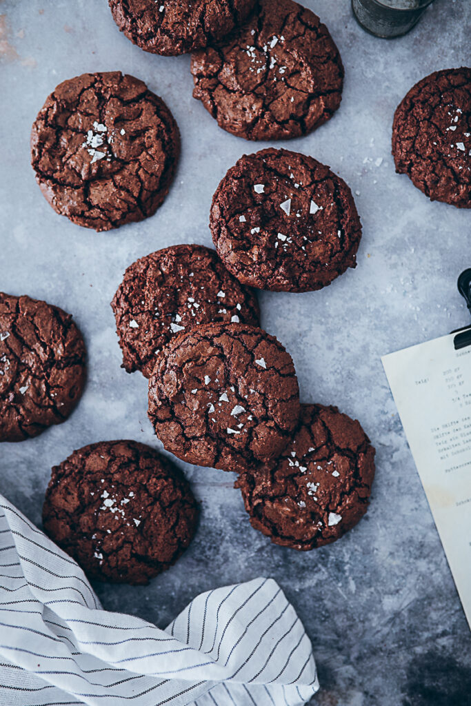 Brownie Cookies Rezept recipe Schokocookies fudgy cookies chocolate cookies crinkle cookies Kekse Schokokekse einfaches Rezept foodstyling food photography bakefeed feedfeed