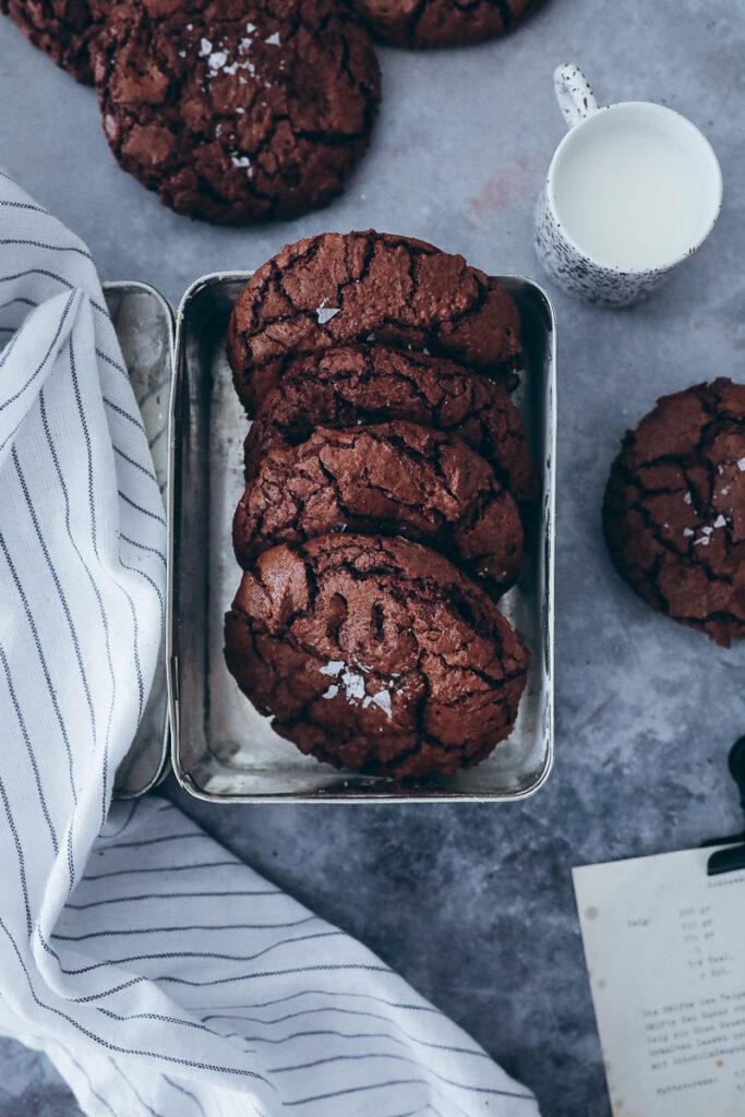Brownie Cookies Rezept recipe Schokocookies fudgy cookies chocolate cookies crinkle cookies Kekse Schokokekse einfaches Rezept foodstyling food photography bakefeed feedfeed