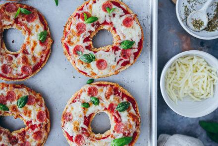 Bagel Pizzas Beste Reste Rezept EDEKA foodstyling feedfeed deutschland rettet lebensmittel zu gut für die tonne einfaches reste essen mittagessen snack picknick ideen bagel rezept thekitchn kochen für kinder