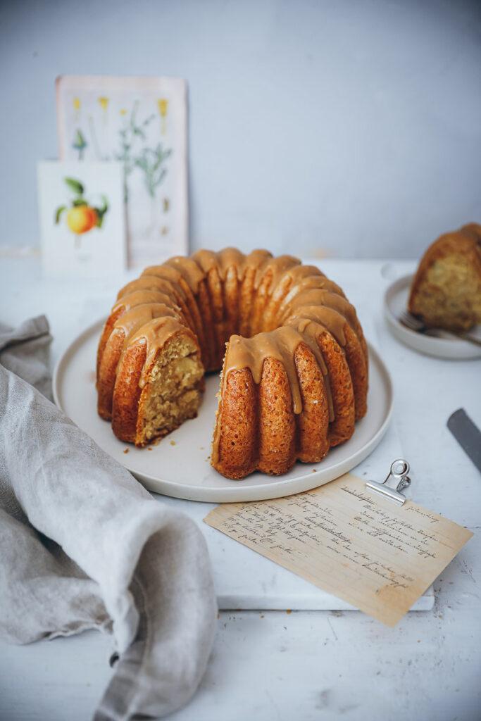 Apfelkuchen Gugelhupf Rezept apple bundt cake Karamellglasur caramel glaze foodstyling the bakefeed food 52 food photo der beste Apfelkuchen backblog