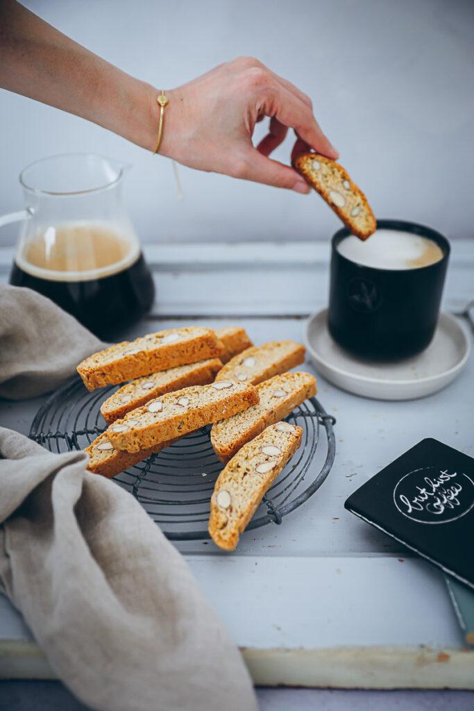 Cantuccini Rezept biscotti recipe Tchibo Kaffee Barista Caffe Crema Crema Blonde foodstyling cookies italienische kekse mandelplätzchen selber backen coffeeshop cookies kaffeegebäck