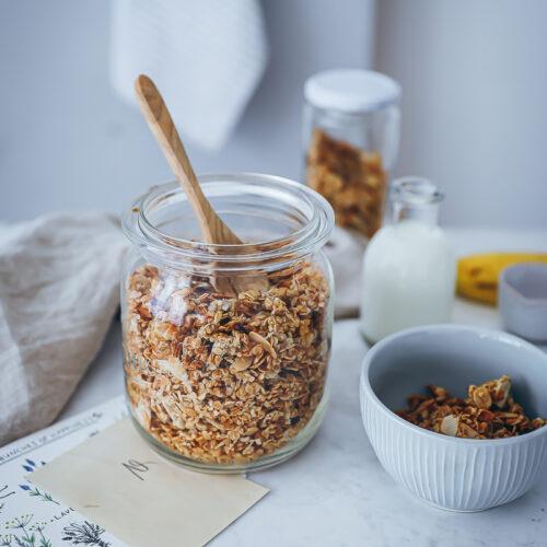 Bananen Müsli Granola Rezept Granola selber machen banana bread granola frühstücksrezept foodstyling food photo zuckerzimtundliebe geschenke aus der küche ideen brunch ideen feedfeed