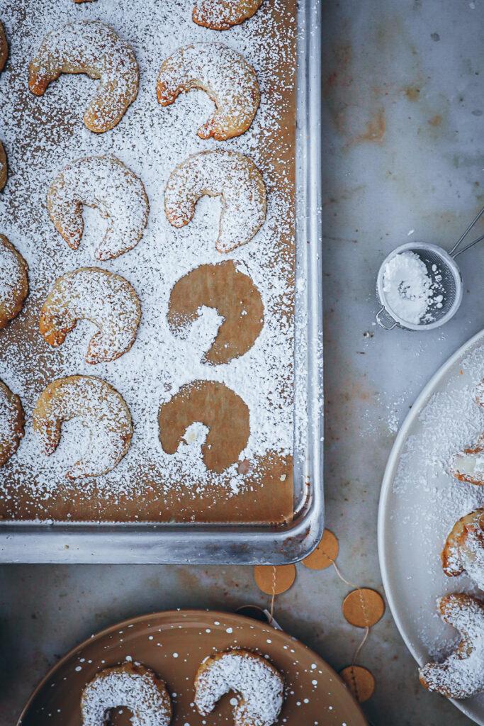 bestes Vanillekipferl Rezept Weihnachtsplätzchen kLassiker vanilla crescent cookies german austrian christmas baking kipferl mit gebrannten Mandeln Kekse Foodstyling bakefeed feedfeed zuckerzimtundliebe deutscher foodblog backblog