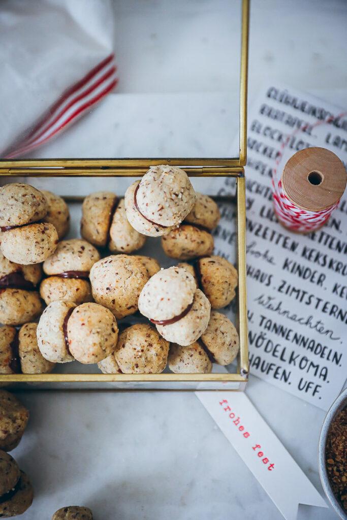 Baci di Dama italienische Haselnuss Plätzchen Kekse Weihnachtsplätzchen Weihnachtsbäckerei Weihnachtsgebäck Haselnussplätzchen italian hazelnut cookies recipe zuckerzimtundliebe foodblog backblog food styling bakefeed food52