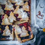 Linzer Schnitte Recipe Linzer Tarte Linzer Strips Linzer Cookies Confitures Cookies Gâteau de Noël Linzer Gâteau en étain Boulangerie de Noël Gâteaux aux biscuits Gâteaux aux noix foodstyling food52 bakefeed zuckerzinntundliebe recette de pâte brisée Gâteau de Noël