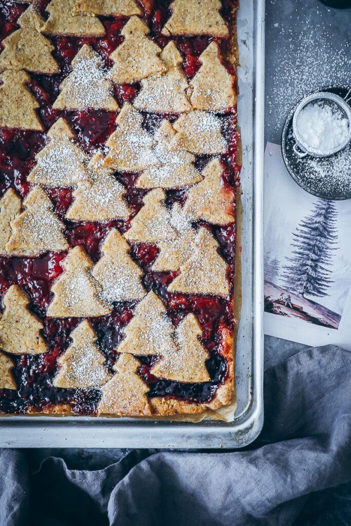 Linzer Schnitte Rezept Linzer Tarte Linzer Streifen Linzer Cookies Marmeladen Plätzchen Weihnachtskuchen Linzer Blech kuchen weihnachtsbäckerei Ausstechkekse Nusskuchen foodstyling food52 bakefeed zuckerzimtundliebe mürbeteig rezept weihnachtskuchen