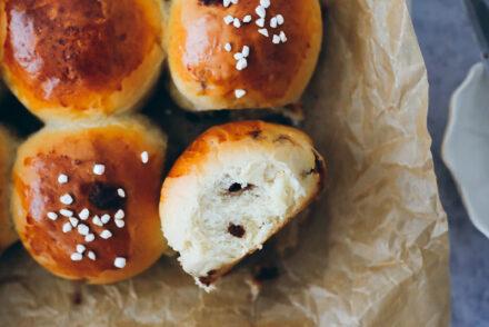 Rezept für fluffige Zimt-Milchbrötchen mit selbstgemachten Zimt Backchips cinnamon sweet rolls cinnamon baking chips recipe hefeteig foodstyling bakefeed feedfeed