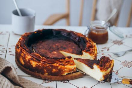 Basque Burnt Cheesecake Rezept Baskischer Käsekuchen ohne Boden feedfeed food52 bakefeed foodstyling zuckerzimtundliebe backblog