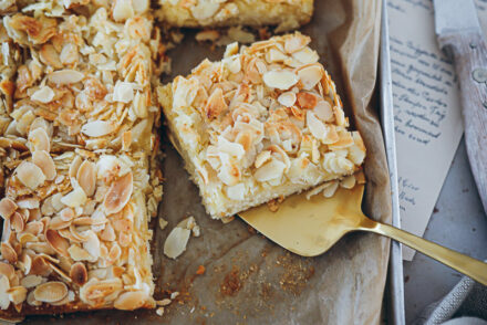 Rezept für Butterkuchen ohne Hefe foodstyling blechkuchen rezept mandelkuchen almond sheet cake zuckerzimtundliebe backblog feedfeed bakefeed