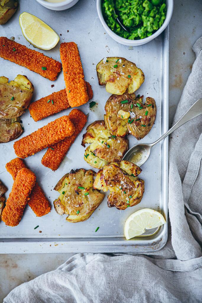 Rezept für Crispy Potatoes mit Erbsenpüree und Veggie Stäbchen von Fisch vom Feld veganes vegetarisches Mittagessen fish and chips rezept quetschkartoffeln