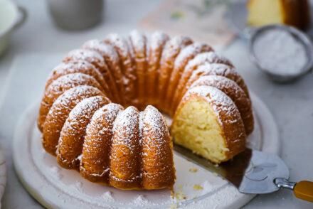 Rezept für soften Zitronen-Joghurt Kuchen - ein einfacher italienischer Ciambella aus italie italian lemon yogurt cake recipe zuckerzimtundliebe bakefeed feedfeed food52 einfache kuchenrezepte