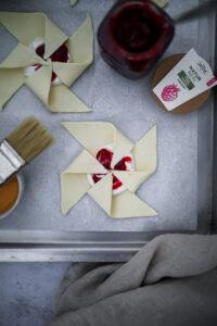 Rezept für Quark Blätterteig Windräder mit Fruchtaufstrich puff pastry pinwheels quarkfüllung zentis naturrein einfaches gebäck blätterteigrezept foodstyling zuckerzimtundliebe foodblog backblog bakefeed feedfeed