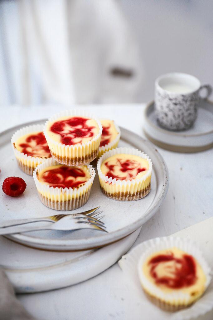Raspberry Swirl Cheesecake Muffins Rezept - kleine Käsekuchen mit Himbeeren raspberry swirl cheesecake einfacher käsekuchen frischkäse foodstyling food photography feedfeed bakefeed zuckerzimtundliebe backblog