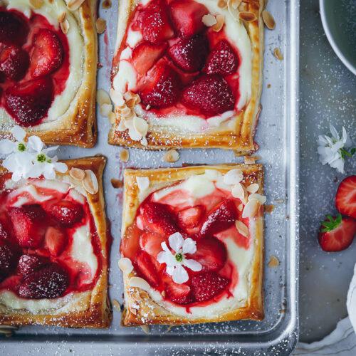 Erdbeer-Cheesecake Tartes aus Blätterteig strawberry cream cheese puff pastry danish foodblog zuckerzimtundliebe einfacher erdbeerkuchen erdbeertarte erdbeerrezepte thekitchn thebakefeed feedfeed donnahay