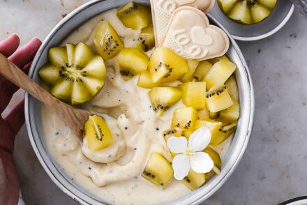 Rezept für cremige Kiwi Nicecream recipe Zespri SunGold gelbe kiwi yellow kiwi eiscreme ohne eismaschine zuckerzimtundliebe foodstyling food photography kiwirezepte kiwi recipes