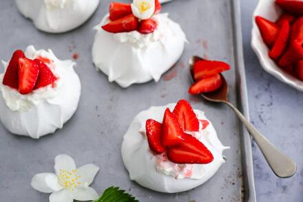 Rezept für Mini Pavlovas mit Vanille Erdbeeren strawberry mini pavlovas recipe erdbeer rezepte nachtisch dessert foodstyling food photography zuckerzimtundliebe bakefeed donna hay