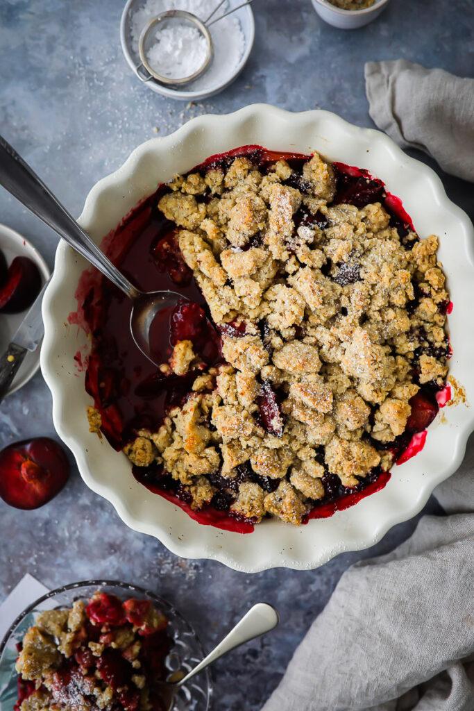 Pflaumen Haselnuss Crumble Rezept plum crisp recipe haselnuss crumble pflaumen rezept zuckerzimtundliebe bakefeed foodstyling food photography