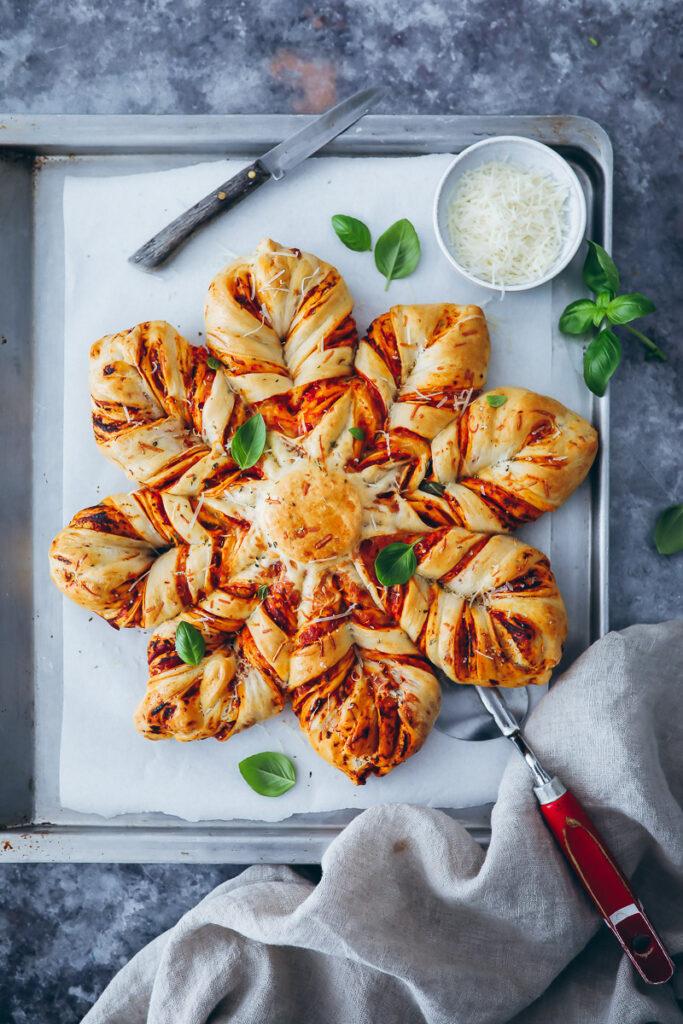 Pizza Brot Star Bread Rezept zupfbrot star shaped bread herzhaftes zupfbrot einfacher hefeteig zuckerzimtundliebe foodstyling food photo grill beilage grill brot grill ideen brotrezept