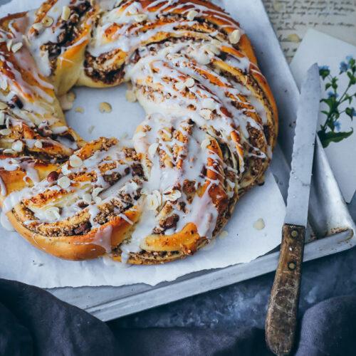 Nusszopf Nusskranz Rezept nussstrizel babka wreath hefeteig nussfüllung nougat foodstyling food photo nusskuchen zuckerzimtundliebe Backblog Foodblog bake from scratch